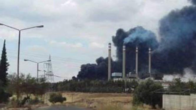Nhà máy điện miền bắc Hama trúng đạn tên lửa bốc cháy.