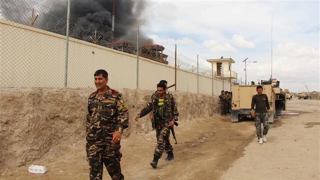 Binh sĩ Afghanistan tuần tiễu quanh căn cứ quân sự Afghanistan và Mỹ.