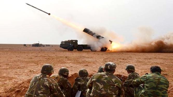 Pháo phản lực hạng nặng BM-30 khai hỏa.