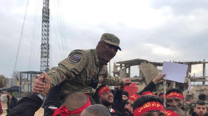 Các binh sĩ Palestine ăn mừng kết thúc khóa huấn luyện khắc nghiệp của Lính đánh thuê Nga ở Aleppo. Ảnh: South Front.