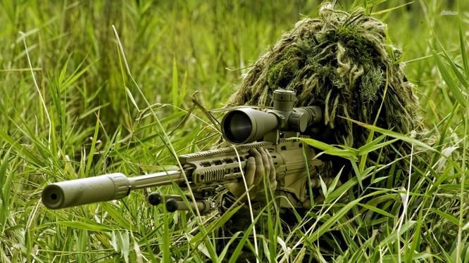 Xạ thủ bắn tỉa dân quân Donetsk trên chiến trường. Ảnh minh họa: trang mạng xã hội VK.