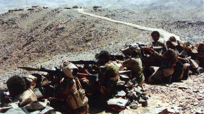 Các du kích Houthi sẵn sàng chiến đấu ở vùng biên giới Yemen - Ả rập Xê-út. Ảnh: South Front.