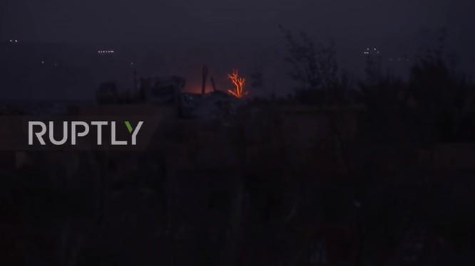 Lực lượng SDF đánh phá ác liệt chiến tuyến của IS trên chiến trường thị trấn Baghouz, tỉnh Deir Ezzor. Ảnh: Ruptly.