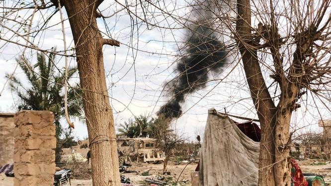 Tuyến phòng thủ Baghouz của IS dưới hỏa lực kinh hoàng của SDF và Liên quân do Mỹ dẫn đầu. Ảnh: Masdar News.
