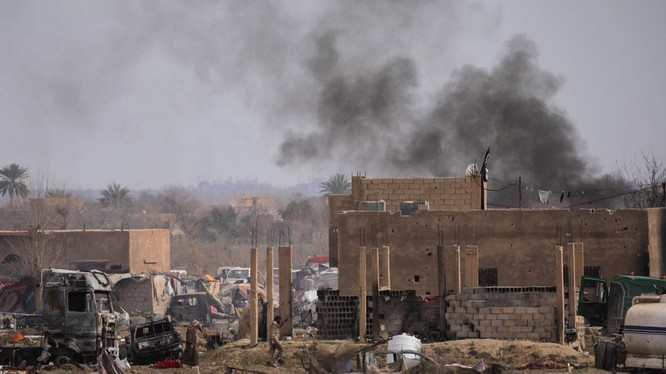 Trại Baghouz sau cuộc chiến, các phần tử khủng bố lũ lượt ra hàng. Ảnh minh họa: AFP.