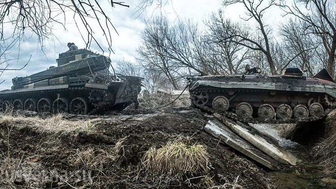Xe cứu hộ đang lôi chiếc BMP trúng mìn về hậu phương. Ảnh: Rusvesna.