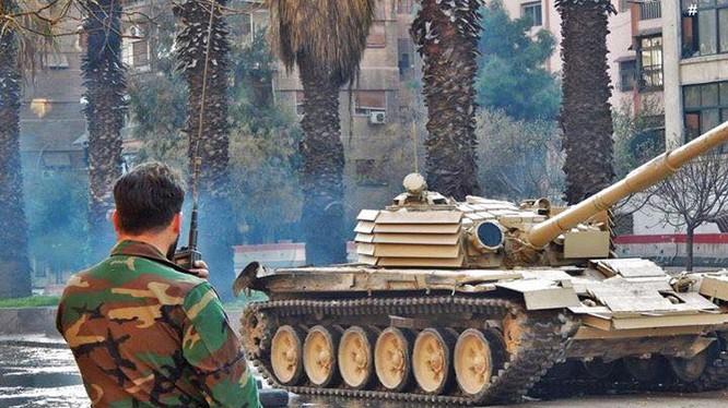 Xe tăng T-72 T-72 Shafrah trang bị lớp giáp xếp Dao cắt chống tên lửa chống tăng có điều khiển ATGM. Ảnh: tanks-encyclopedia.