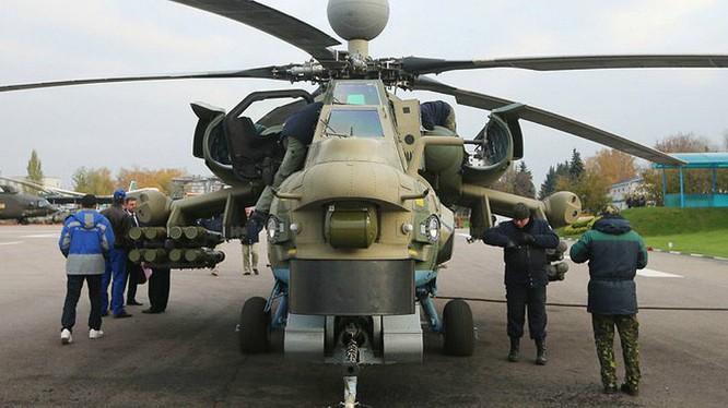 """Trực thăng tấn công """"Thợ săn đêm"""" Mi-28 NM đến Syria. Ảnh: Sputnik."""
