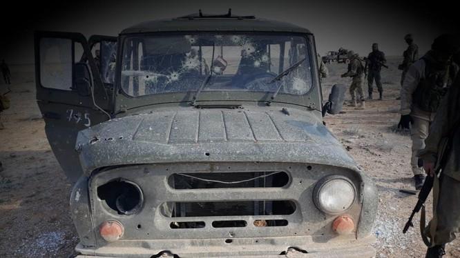 Chiếc xe Uaz chở các quân nhân Nga, bị các tay súng khủng bố bắn nát.
