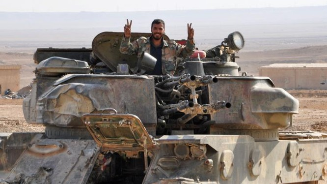 Binh sĩ quân đội Syria với xe phòng không tự hành Shilka trên chiến trường Hama, Idlib