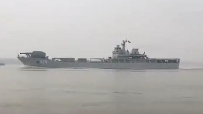 Tàu đổ bộ xe tăng Hải Dương Sơn gắn pháo ray điện từ trên đường ra biển thử nghiệm.