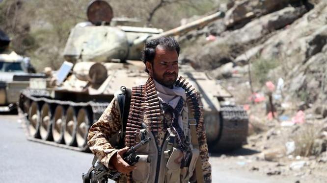 Chiến binh Houthi cùng xe tăng T-34-85 chiến lợi phẩm trong địa phận tỉnh Dhalea. Ảnh: tài khoản Twitter Yemen Wrath.