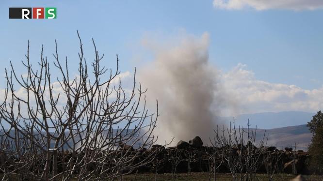 """Lực lượng pháo binh - tên lửa quân đội Syria đánh phá chiến tuyến của """"thánh chiến"""" ở Idlib, Hama. Ảnh minh họa: South Front."""