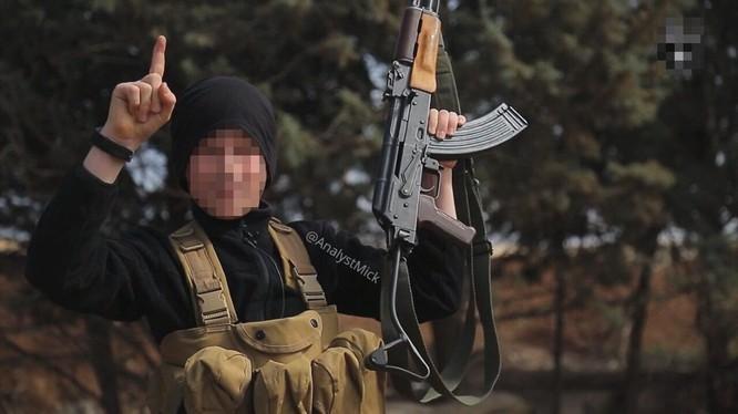 Một tay súng khủng bố IS trên chiến trường Syria. Ảnh minh họa: Masdar News.
