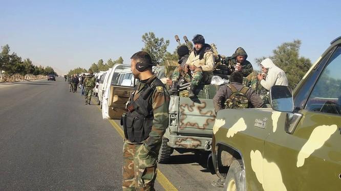 Binh sĩ quân đội Syria trên tuyến đường cao tốc Palmyra - Homs. Ảnh minh họa: Masdar News.