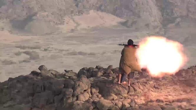 Chiến binh Houthi, sử dụng súng phóng lựu chống tăng tấn công Liên minh quân sự Ả rập Xê-út.