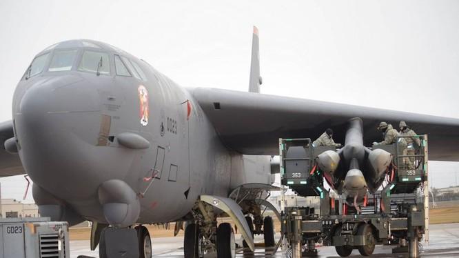 Máy bay ném bom chiến lược B-52 mang tên lửa hành trình tầm xa.