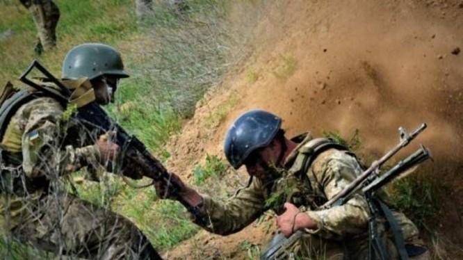 Các binh sĩ Ukraina trên chiến trường Donbass. Ảnh: Rusvesna.
