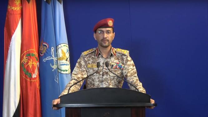 Phát ngôn viên lực lượng kháng chiến Yemen, thiếu tướng Yahya Sari thông báo về chiến thắng của Houthi. Ảnh South Front