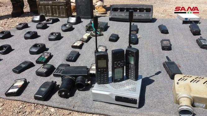 Trang thiết bị thông tin liên lạc quân đội Syria thu giữ được ở Quneitra. Ảnh SANA