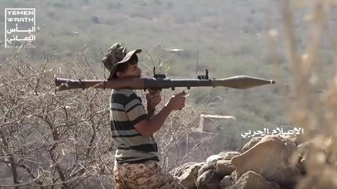 Chiến binh Houthi, sử dụng súng phóng lựu RPG-7 tấn công ở Ả rập Xê-út.