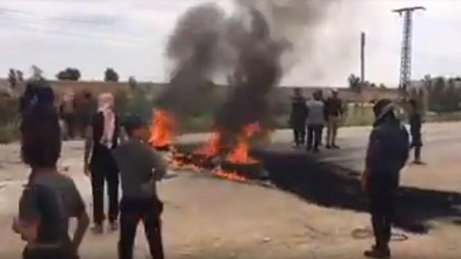 Người dân Ả rập xuống đường biểu tình chống người Kurd ở ngoại ô Deir Ezzor. Ảnh minh họa video STEPNEWS