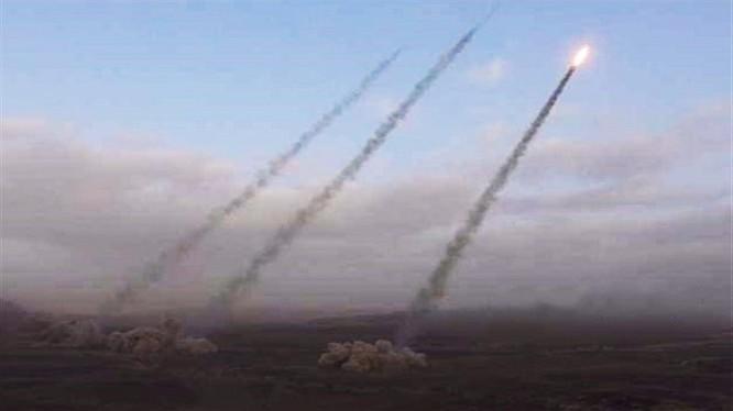 Lực lượng Houthi phóng tên lửa tấn công Liên minh quân sự Ả rập Xê-út trên chiến trường biên giới Yemen.