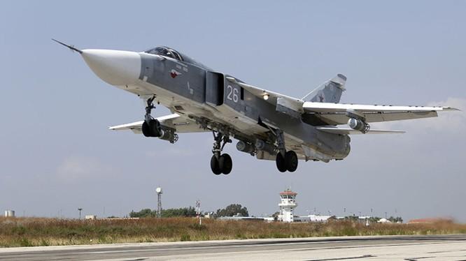 Máy bay chiến đấu Su-24 Nga xuất kích trên sân bay Khmeimim. Ảnh minh họa South Front.