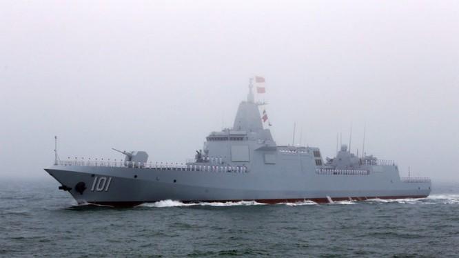 """Khu trục hạm Type 055 """"Nanchang"""" trong diễu hành."""