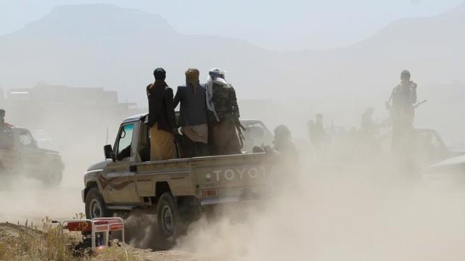 Chiến binh Houthi trên chiến trường quận Hodeidah, phía tây Yemen.