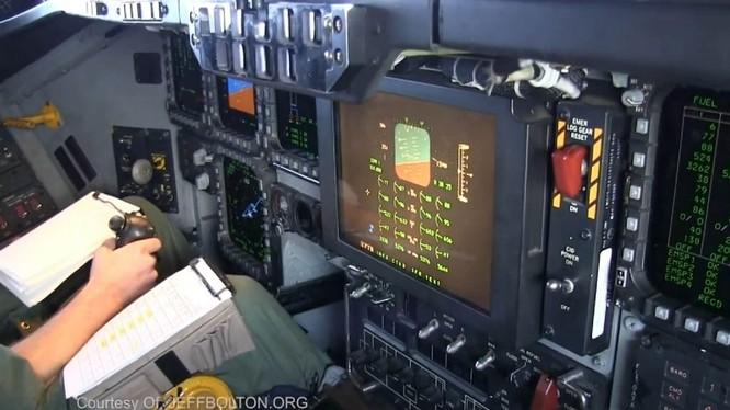 Toàn cảnh phía trước buồng lái máy bay B-2 Spirit. Ảnh: Jeff Bolton.