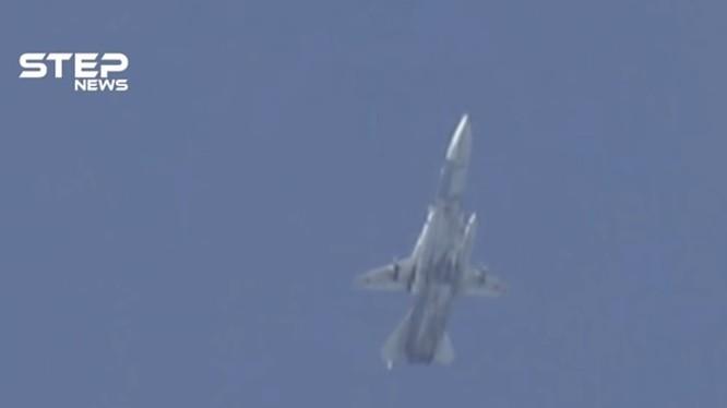 Máy bay chiến đấu Su-24 không quân Nga không kích Hama, Idlib. Ảnh: STEP News.