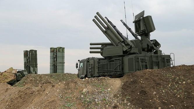 Tổ hợp pháo - tên lửa phòng không Pantsir-S1 trên căn cứ sân bay Khmeimim. Ảnh minh họa: Masdar News.