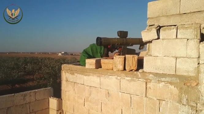 Một tay súng săn tăng của lực lượng NLF tấn công xe tăng quân đội Syria ở Hama.