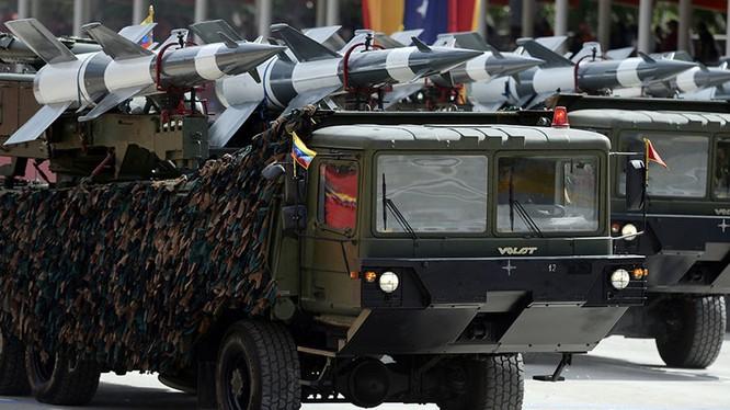 Hệ thống tên lửa S-125 của Velezuela trong cuộc diễu binh ngày độc lập.