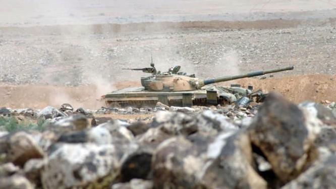 Xe tăng quân đội Syria cơ động trên tuyến biên giới Iraq - Syria.