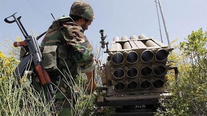 Quân đội Syria pháo kích dữ dội Latakia, tiến hành cuộc tấn công vào Al-Qaeda Syria. Ảnh Masdar News
