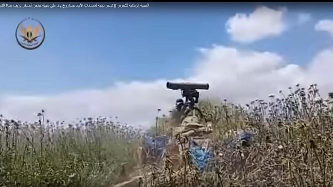 """Các tay súng """"thánh chiến"""" sử dụng tên lửa chống tăng có điều khiển ATGM tấn công quân đội Syria. Ảnh minh họa video """"đối lập"""" Syria"""