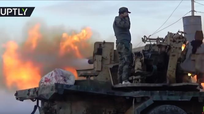 Pháo binh quân đội Syria bắn phá chiến tuyến lực lượng Hồi giáo cực đoan ở Hama. Ảnh Masdar News