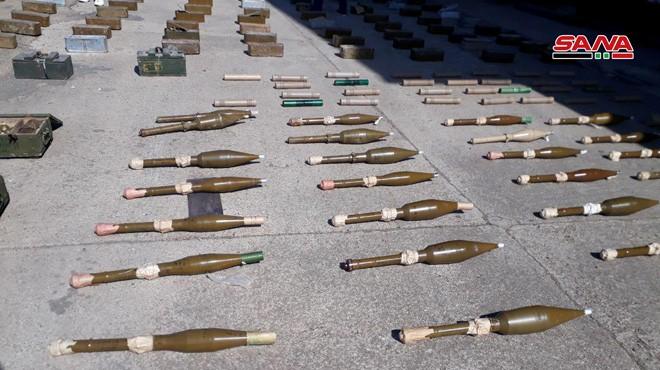 Quân đội Syria thu giữ vũ khí trang bị, do thánh chiến chôn giấu trên địa phận tỉnh Quneitra. Ảnh SANA