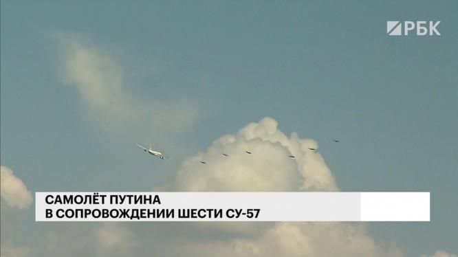 6 chiếc Su-57 Nga bay hộ tống chuyên cơ V.Putin. Ảnh RBK