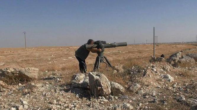 Một tay súng khủng bố IS sử dụng tên lửa chống tăng TOW trên chiến trường Deir Ezzor