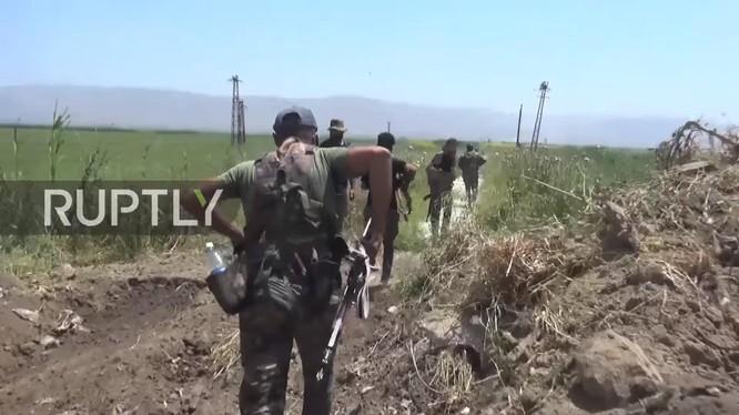 Binh sĩ sư đoàn Tiger tiến công cao điểm chiến lược Huwayz thuộc địa phận tỉnh Idlib. Ảnh minh họa video Ruptly