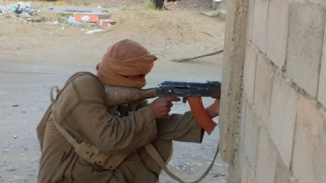 Các tay súng khủng bố IS tấn công Quân đội Quốc gia Libya. Ảnh minh họa South Front