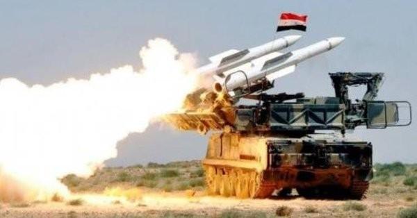 Tên lửa phòng không Syria khai hỏa đánh chặn cuộc không kích đối phương. Ảnh minh họa Masdar News