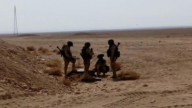 Các quân nhân Nga trên chiến trường sa mạc tỉnh Homs. Ảnh Masdar News