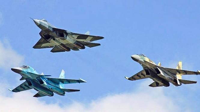 Các máy bay chiến đấu của Sukhoi: Su-57, Su-35S và vịt con Su-34. Ảnh minh họa Military Wach Magazine