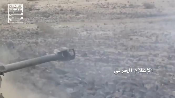 Lực lượng pháo binh Houthi bắn phá xe cơ giới Liên minh quân sự Ả rập Xê út. Ảnh minh họa video Yemen Wrath