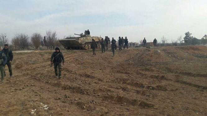 Binh sĩ sư đoàn Tiger tiến vào thị trấn Kafr Naboudeh vừa giải phóng. Ảnh video truyền thông Tiger