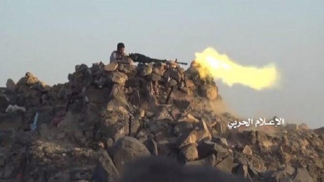 Một chiến binh Houthi chiến đấu trên cao điểm ở tình Dali. Ảnh minh họa truyền thông quân sự Yemen.